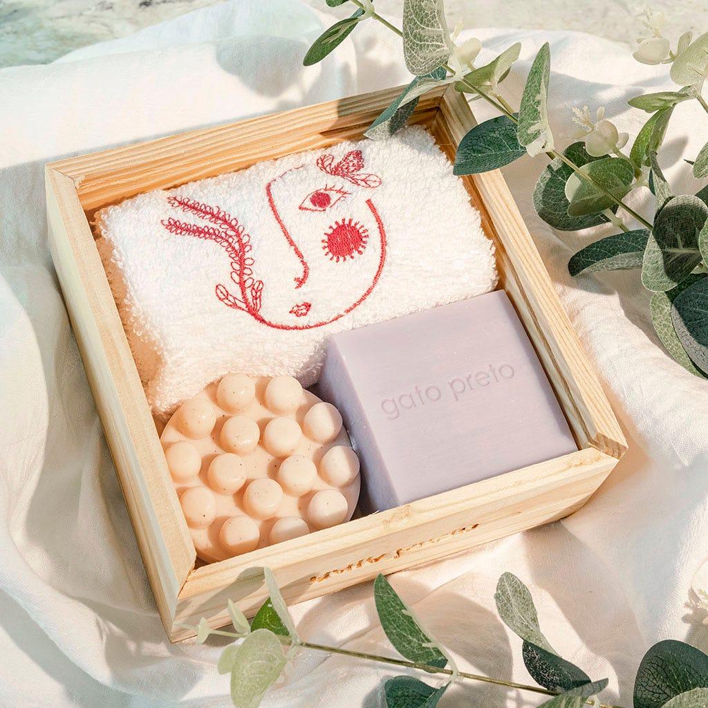 Caixa de madeira com toalha de rosto e 2 sabonetes